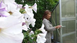 Riikka Slunga-Poutsalo vid dörren till sitt växthus.