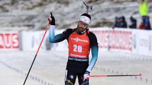 Martin Fourcade jublar då han korsar mållinjen.