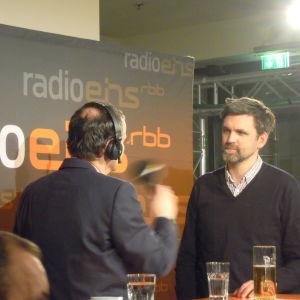 Regissören Sebastian Schipper intervjuas i festivalbaren.