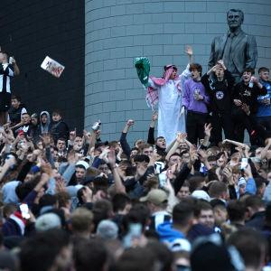 Newcastlen fanit juhlivat seuran myyntiä