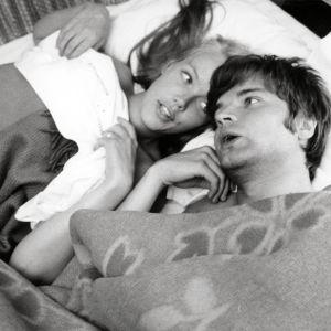 Leena ja Antti sängyssä elokuvassa Kesyttömät veljekset.