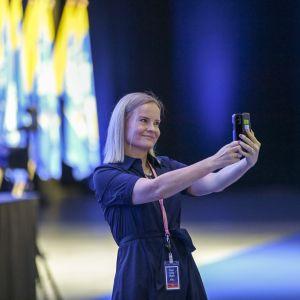 Puheenjohtajaehdokas Riikka Purra ottaa selfien perussuomalaisten puoluekokouksessa Seinäjoella 14. elokuuta 2021