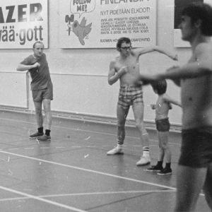 Kari Raivio jumppaa lääkärikollegoidensa ja poikansa kanssa 1970-luvun alussa.