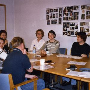 Nuoria opiskelijoita kokoustamassa