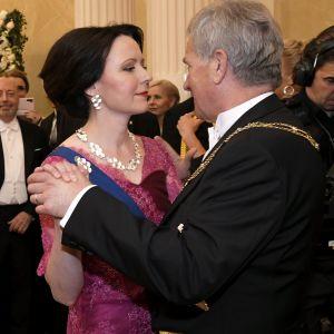 Jenni Haukio dansar med Sauli Niinistö.