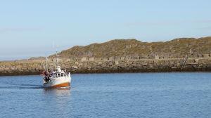 Kalastusalus tulossa satamaan.