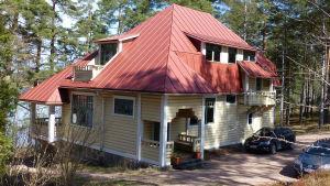 En gul stockvilla med rött tak. Många vinklar, vrår och snickarglädje