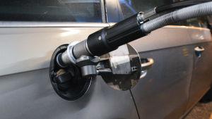 en bil tankas med gas i Borgå
