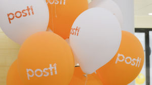 ballonger med postens logo i postens huvudkontor