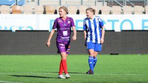 Åland Uniteds Isabella Mattsson och HJK:s Maiju Hirvonen följer med spelet i ligamatchen våren 2018.