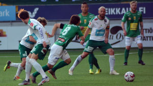 KPV:s Sebastian Mannström stöter på patrull i match mot IFK Mariehamn.