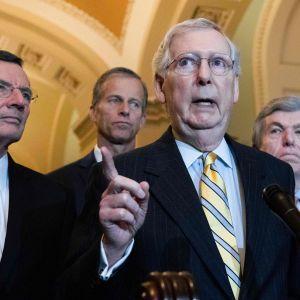 Senatens majoritetsledare Mitch McConnell (i mitten), flankerad av senatorerna John Barrasso (längst till vänster), John Thune och Roy Blunt, efter tisdagens lunchmöte där tullavgifterna diskuterades.