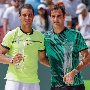 Rafael Nadal och Roger Federer poserar efter finalen i Miami i april 2017.