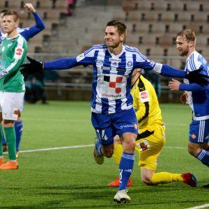 Sebastian Dahlström firar sitt mål.