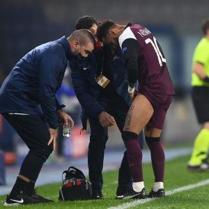 Neymar pekar på sitt skadade lår