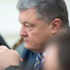 Ukrainas president Petro Porosjenko ledde det ukrainska säkerhetsrådets krismöte i Kiev på söndag kväll.