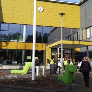 Koululounaspaketteja jaetaan kuopiolaisella koululla etäopetuksessa oleville oppilaille.