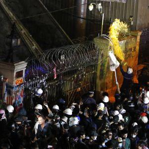 Thaimaassa mielenosoittajat heittivät maalia Thaimaan poliisin päämajan portin päälle 18. marraskuuta 2020.