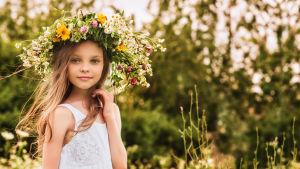 tyttö kukkaseppele päässä