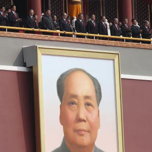 Kiinan kommunistisen puolueen johtajat seuraavat sotilasparaatia.
