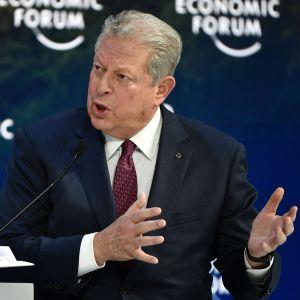 Engagerad Al Gore talar med båda händerna i Davos.