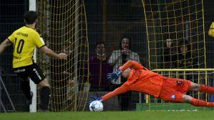 Inters målvakt Henrik Moisander lyckas nästan rädda Honkaspelaren Lucas Kaufmanns straff.
