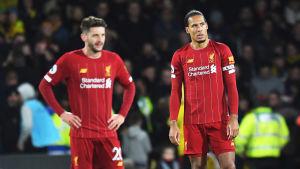 Två Liverpoolspelare står och är deppade.