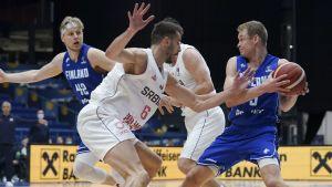 Sasu Salin med bollen i EM-kval mot Serbien.