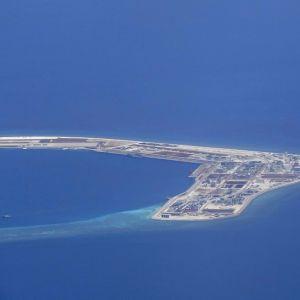 ett foto på en militärbas byggt på ett konstgjord ö