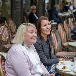 Piia ja Sara Salomaa ovat tulleet kahville koronasulun päättymisen jälkeen 1.6.2020.