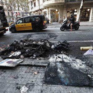 Tulipalon jälkiä kadulla Barcelonassa.
