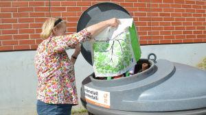 Tuula, som inte vill framträda med efternamn, anser att det är nödvändigt för en bättre värld att samla in plast för återvinning.