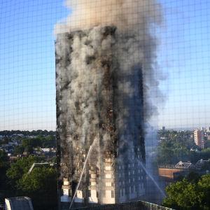 Jättelik bostadsbrand i 27-våningshus i London den 14 juni 2017.
