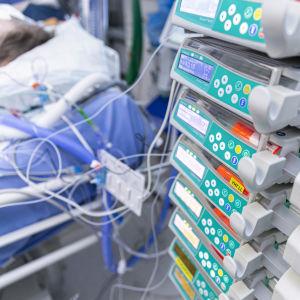 Apparatur intill en intensivvårdsplats.