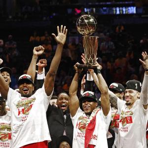 Toronto Raptors-spelare lyfter bucklan