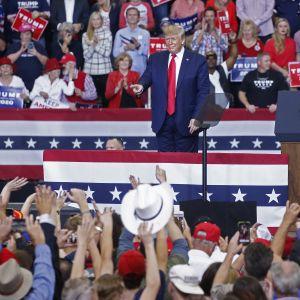 Donald Trump valtavan kannattajajoukon ympäröimänä.