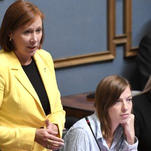 Kommun- och omsorgsminister Sirpa Paatero under riksdagens frågetimme 5.9.2019. Bredvid henne ministrarna Li Andersson och Maria Ohisalo