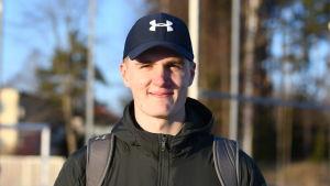 Oliver Helander står på idrottsplan i Karis