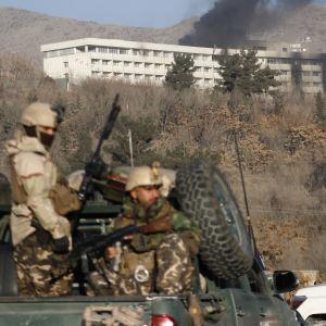 Afghanska militärer utanför Hotel Intercontinental.