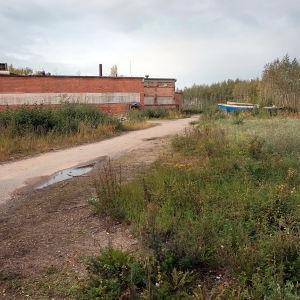 En båt och gammal industribyggnad på Smulterö i september 2018.