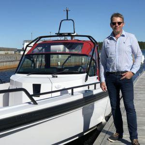 Mats Carlson, båtförsäljare på Hydrolink boatcenter i Korsholm.