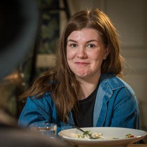 ung kvinna vid lunch