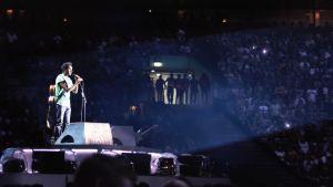 Jack (Himesh Patel) står och sjunger på en stor scen.