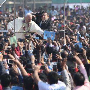 Påven hälsar på kristna bangladeshier när han anländer till en massammankomst i Dhaka.