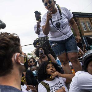 Demonstrant ställer fråga till Minneapolis borgmästare Jacob Frey på lördagen den 6 juni 2020.