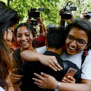 Människor kramar varandra efter att Indiens högsta domstol valt att avkriminalisera samkönat sex.
