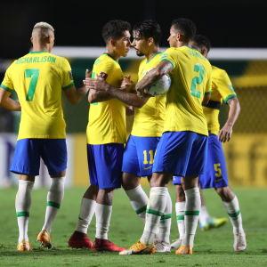 Brasilianska spelare firar efter segern över Venezuela.
