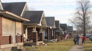 En gata i västra Indianapolis med en rad slitna fasader.