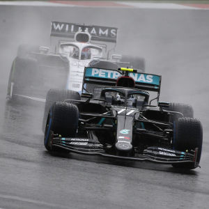 Valtteri Bottas i Mercedes före George Russell i Williams.