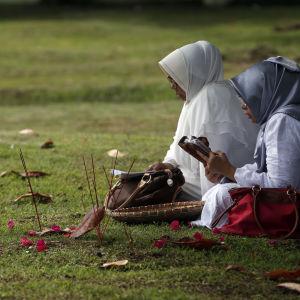 Släktingar till tsunamioffer minns sina kära i Aceh, Indonesien. Indonesien drabbades hårt av tsunamin 2004.